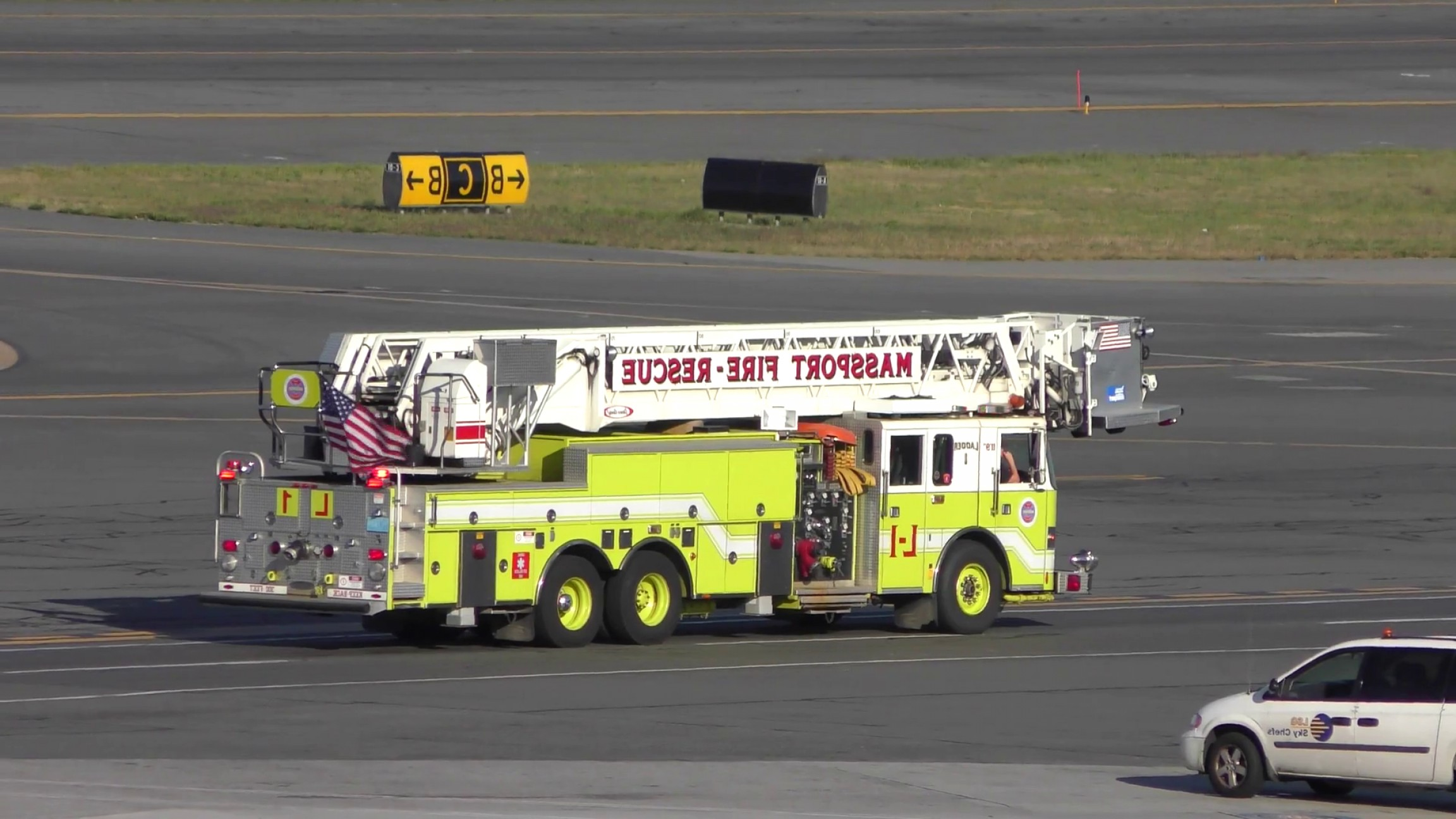 Massport Vector: Airport Fire Rescue Ladder Truck On Runway Szaemhvfjgapf