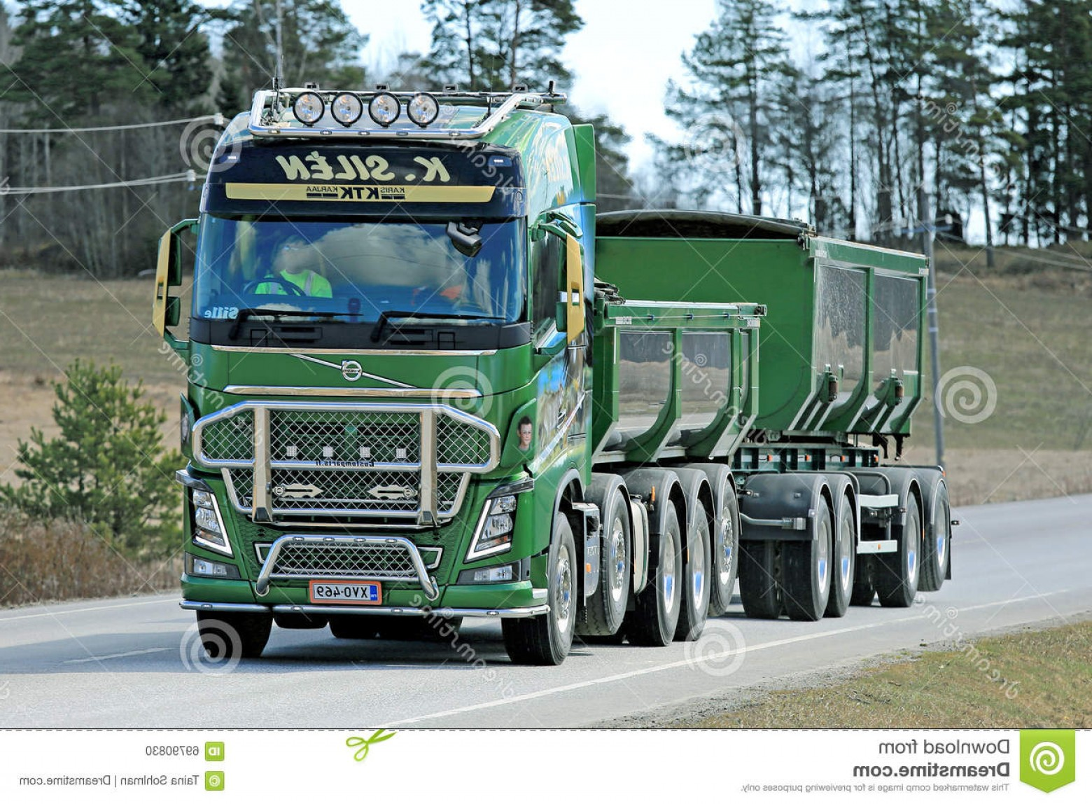 Volvo FH Vector: Editorial Image Green Volvo Fh Truck Construction Karjaa Finland April K Silen Moves Along Road Customized Power Show Image