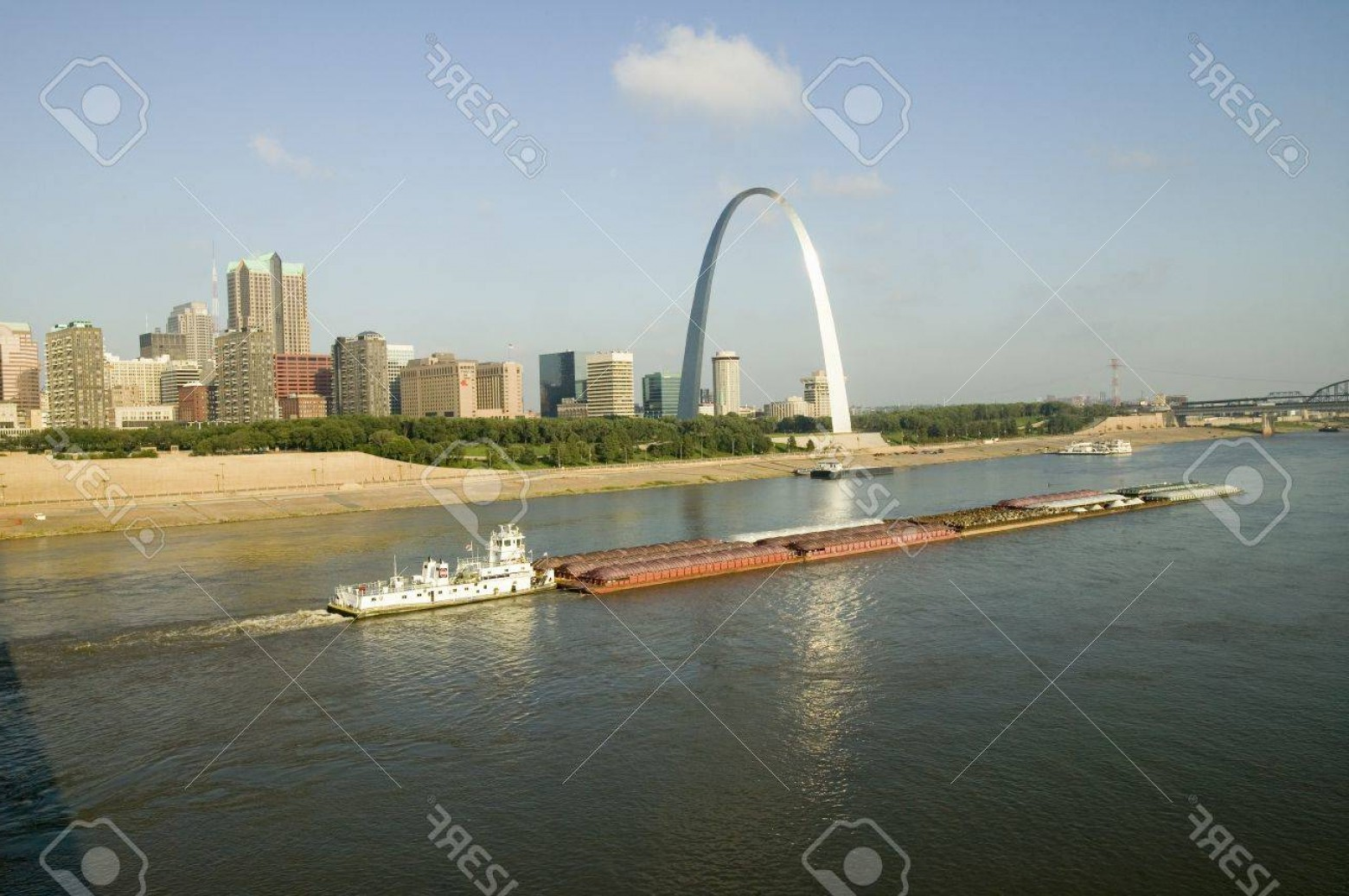 Arch Vector Illinios: Photodaytime View Of Tug Boat Pushing Barge Down Mississippi River In Front Of Gateway Arch And Skyline O