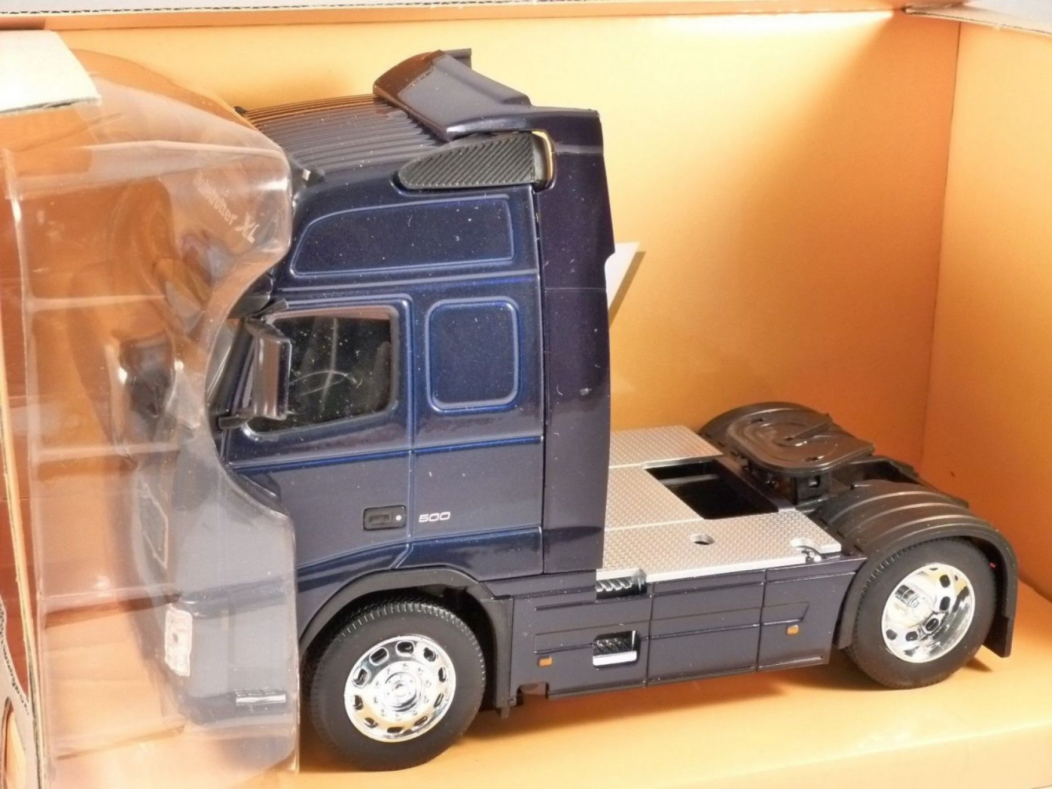 Volvo FH Vector: Volvo Fh Truck In Blue Scale Model By Welly